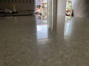 キッチンカウンターの人工大理石の研磨作業