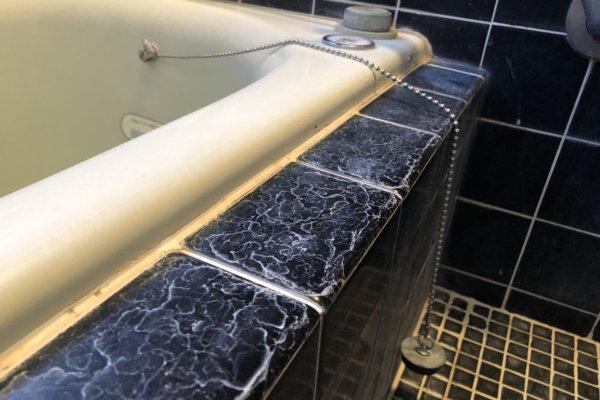 黒い素材の浴室クリーニング