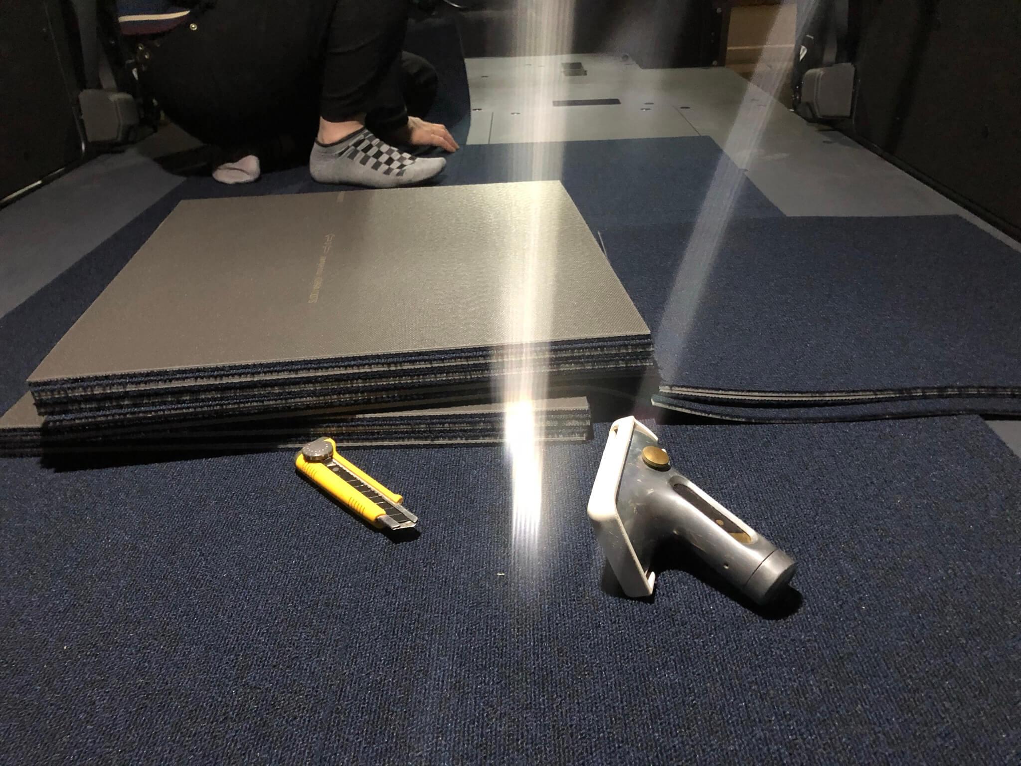 nv350の荷台のカーペット貼り(作業中)