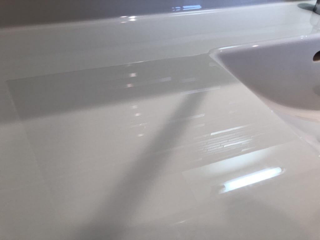 映り込むような人口大理石の洗面台