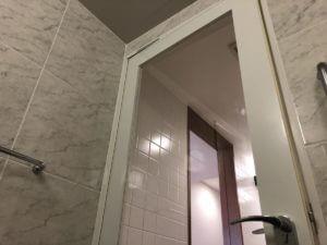ガラス張りの浴室