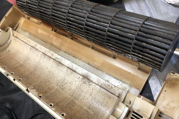 タバコのヤニで真っ茶色になったエアコン掃除/福岡市博多区にて