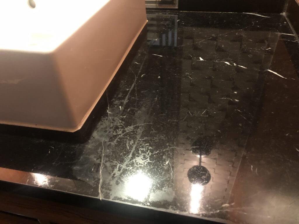 ホテルの大理石の洗面台
